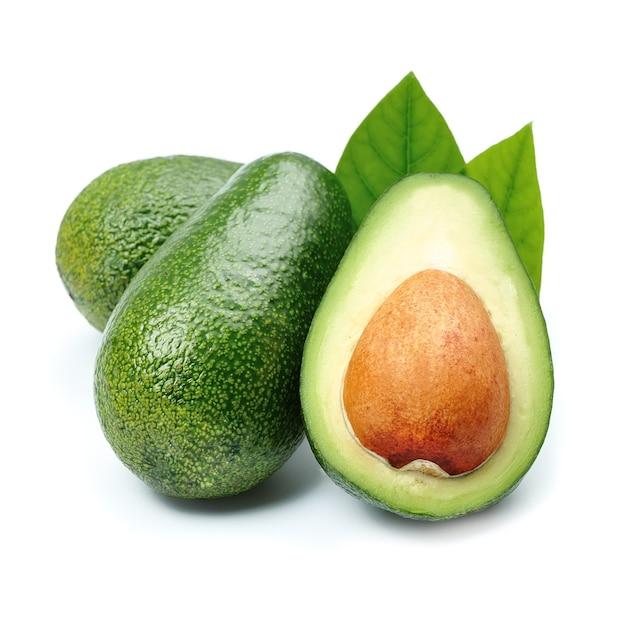 Изолированные авокадо.