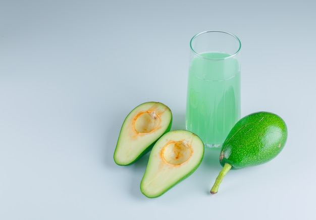 Авокадо с напитком вид сверху