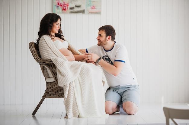 カップルを待っています。夫が妻の手を握って