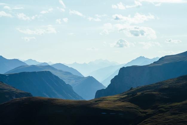 深い峡谷の背後にある素晴らしい山々への素晴らしい空中写真風光明媚な山の風景