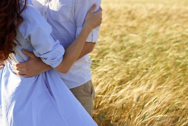 Удивительная счастливая пара весело провести время на фоне заката поля. концепция образа жизни и путешествий.