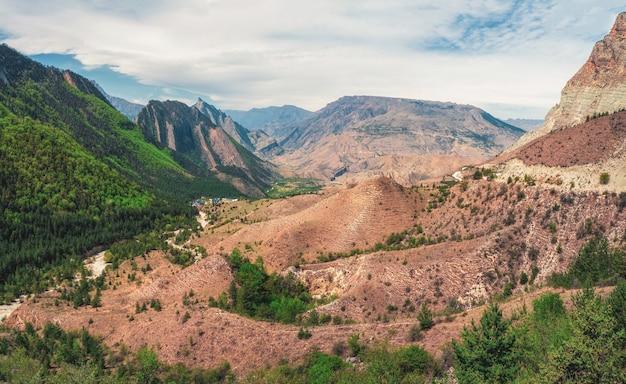 日光の下で峠から山の谷までの素晴らしいパノラマビュー