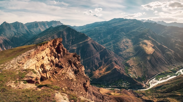 日光の下でパスから山の谷までの素晴らしいパノラマビュー Premium写真