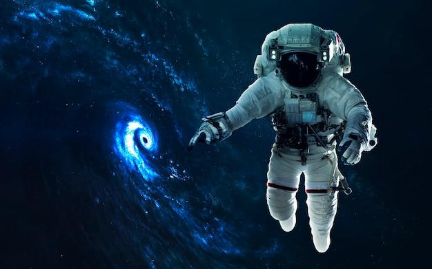 Потрясающая спиральная галактика. глубокий космос, красота бескрайнего космоса. научно-фантастические обои. элементы этого изображения, предоставленные наса