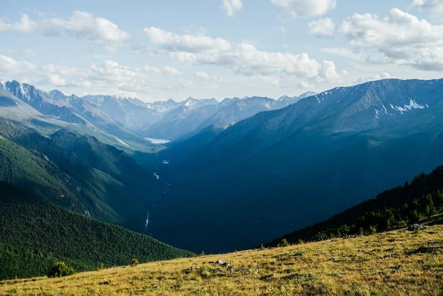 高山湖と川のある素晴らしい山々、氷河、緑豊かな森の谷の素晴らしい鮮やかな景色。広大な広大な美しい高山の風景。巨大な山々のある素晴らしいカラフルな高原の風景