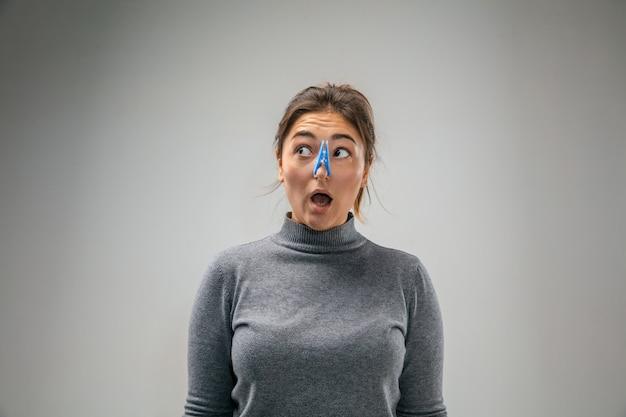 Ужасный. кавказская женщина носит застежку для защиты органов дыхания от загрязнения воздуха и частиц пыли, превышающих пределы безопасности. концепция здравоохранения, окружающей среды, экологии. аллергия, головная боль.