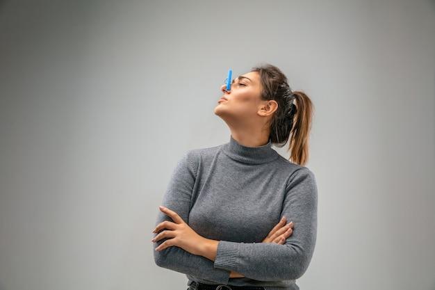 Ужасная кавказская женщина с застежкой для защиты органов дыхания от загрязнения воздуха