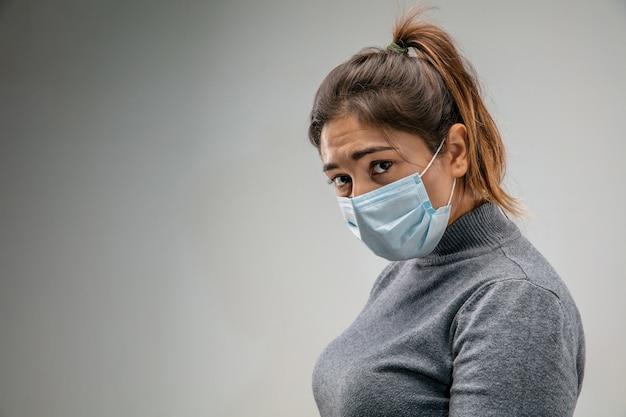Ужасно живая кавказская женщина в респираторной маске от загрязнения воздуха