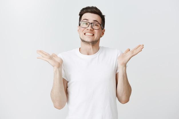 Неуклюжий парень извиняется и поднимает руки за невежество