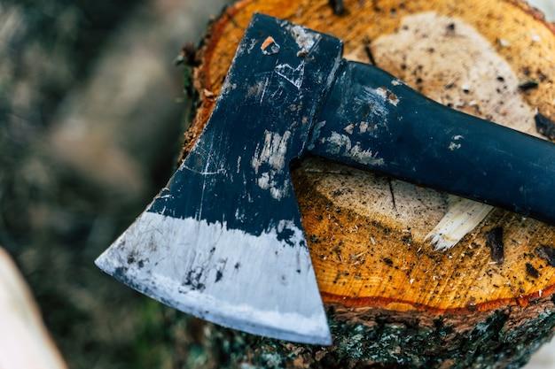 황색 통나무 표면에 누워있는 도끼-선택적 초점으로 클로즈업