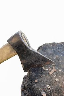 Топор застрял в деревянной палубе на белом фоне отсечения