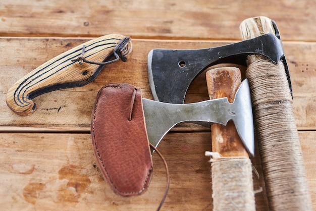 木製のテーブルの斧