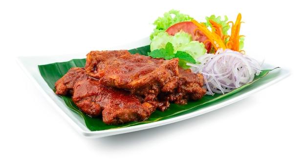 코코넛 크림 소스를 곁들인 ayam golek 구운 치킨 멜라유 스타일 인기 있는 태국 남부 장식 양파 슬라이스 및 야채 측경