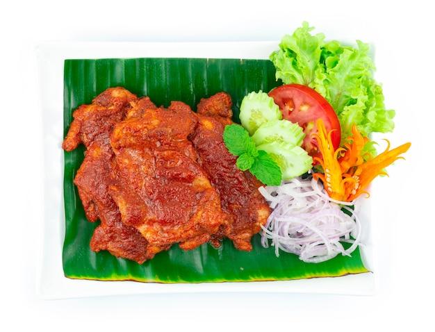 코코넛 크림 소스를 곁들인 ayam golek 구운 치킨 멜라유 스타일 인기 있는 태국 남부 장식 양파 슬라이스 및 야채 topview