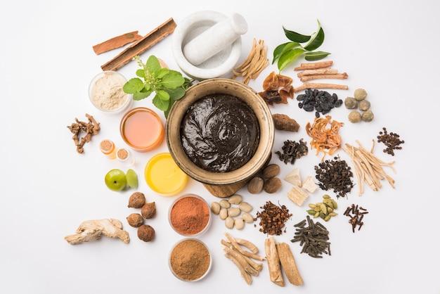 Аюрведический чяванпраш подается в античной миске с ингредиентами