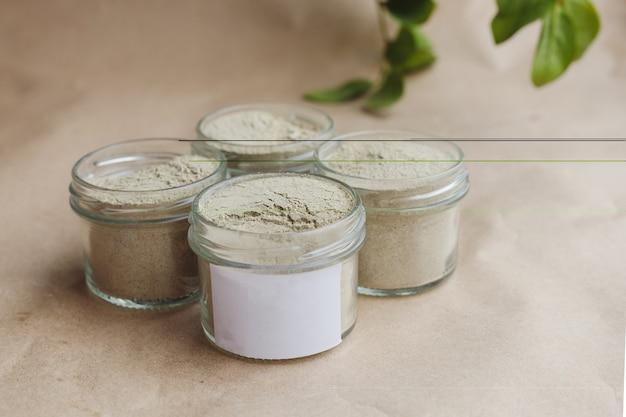 유리병에 담긴 얼굴과 모발 관리를 위한 아유르베다 화장품 우탄. 야채 재료를 분말로 분쇄