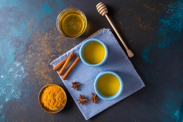ターメリックと他のスパイスソンブルーで作られたアーユルヴェーダの黄金のターメリックラテミルク