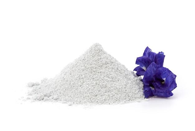 白で隔離されたスキンケアのために顔と体にペイントするための蝶エンドウ豆の花とアーユルヴェーダの香りの粉末。