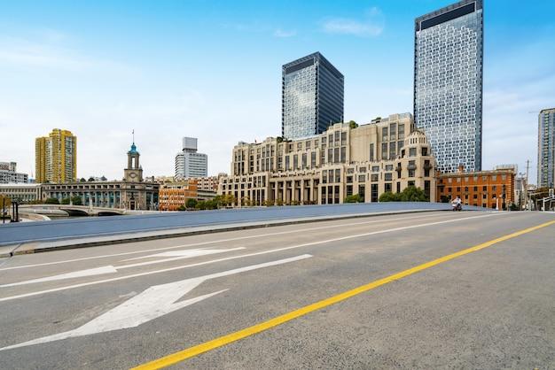中国上海の陸家az金融センターの高速道路と高層ビル