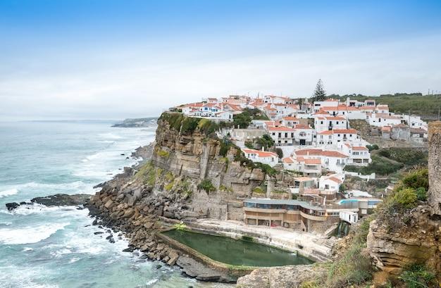 アゼーニャスドマールの崖と大西洋の白い村のランドマークシントラリスボンポルトガル