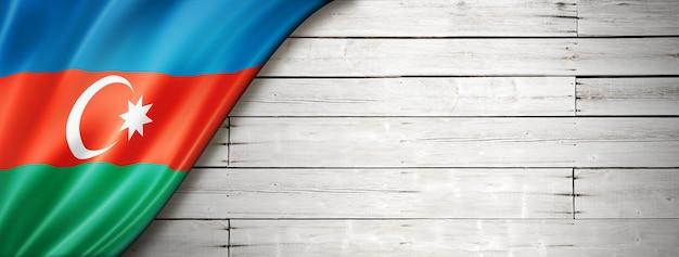 Флаг азербайджана на старой белой стене. горизонтальный панорамный баннер.