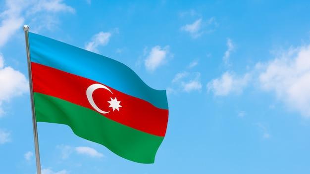 Флаг азербайджана на шесте. голубое небо. государственный флаг азербайджана