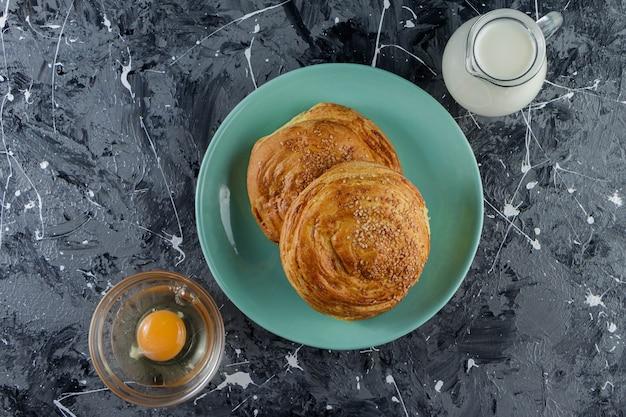 조리하지 않은 닭고기 달걀과 신선한 우유의 유리 주전자를 곁들인 아제르바이잔 국가 생과자.