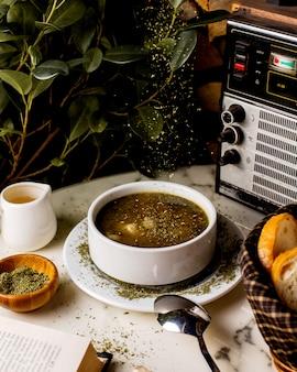 Zuppa di gnocchi azeri di dushbara guarnita con foglie di menta essiccate Foto Gratuite