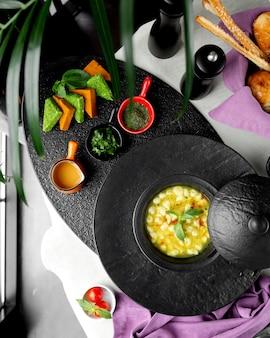 アゼルバイジャンドゥシュバラdump子のスープ、酢と乾燥ミントの葉を添えて