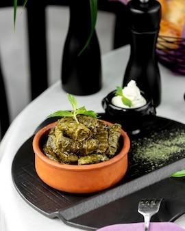 Dolma azero di foglie di vite servito con yogurt