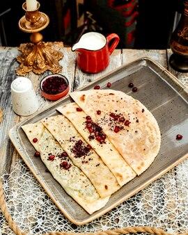 Impacco di focaccia azero gutab ripieno di carne macinata ed erbe aromatiche