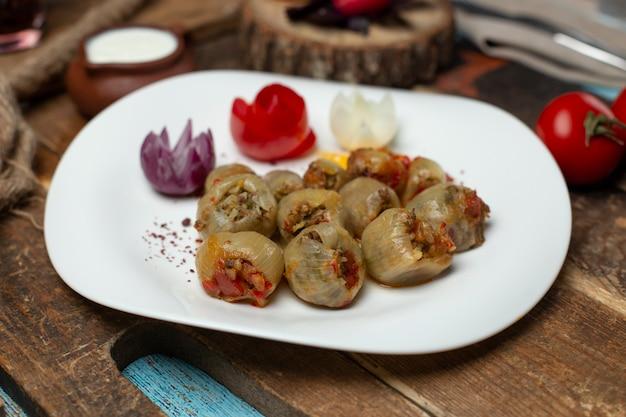 Азербайджанская луковая долма, фаршированная мясом.
