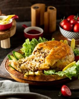 아제르바이잔 쌀 요리 샤 필라프 플랫 빵 껍질 빵 고기와 완두콩으로 가득