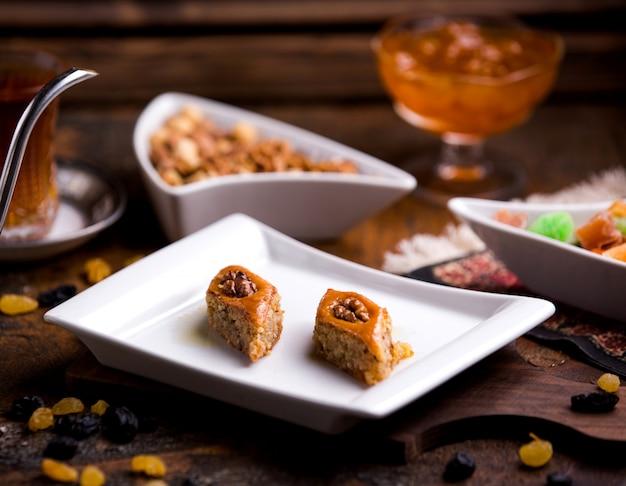 Азербайджанская пахлава с грецким орехом и сорбетом