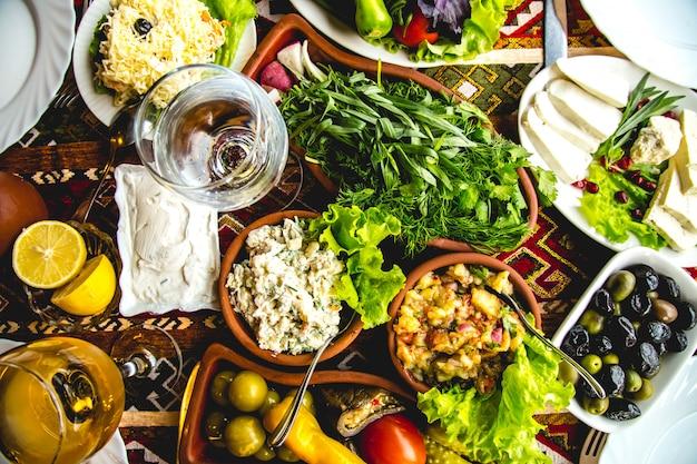 Азербайджанский набор мангала сыр овощи оливки соленья вид сверху