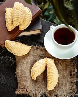 Азербайджанская шекербура и чашка ароматного чая