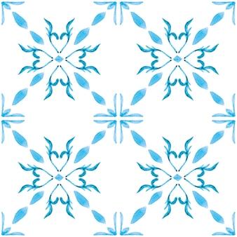 Azulejo 수채화 완벽 한 패턴입니다. 전통적인 포르투갈 세라믹 타일. 손으로 그린 추상적인 배경. 섬유, 벽지, 인쇄, 수영복 디자인을 위한 수채화 삽화. 블루 아줄레호 패턴.
