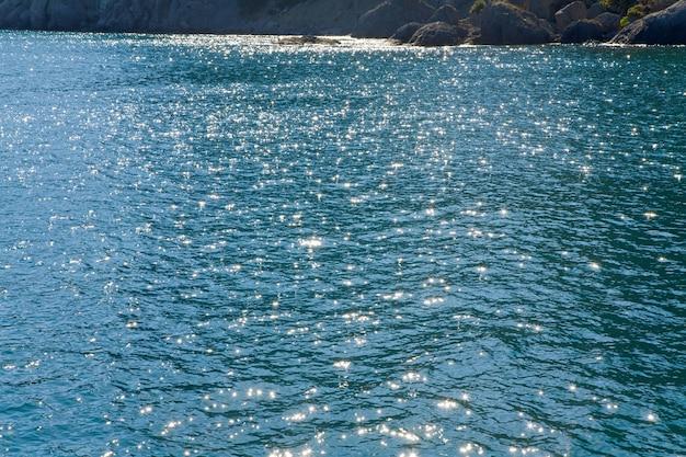波紋と太陽の反射がある紺碧の海の水面