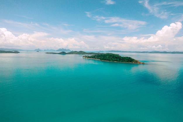 暖かい海の真ん中にある神秘的な小さな島の写真。自然の楽しみ。紺azureの水。