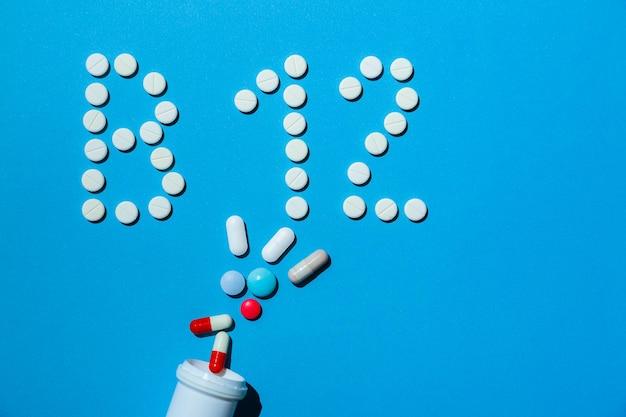 다이어트 중인 사람들을 위한 파란색 배경 특별 치료에 b 12 비타민 알약