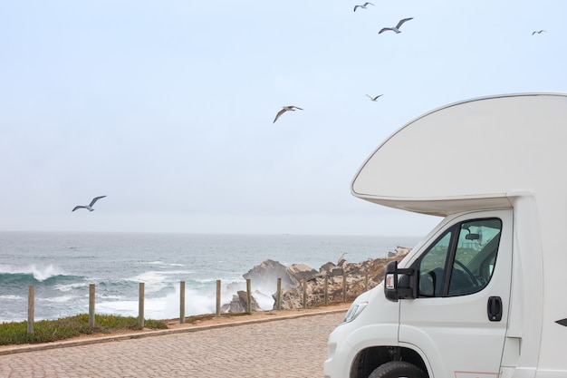 Класс b автодом rv и живописное море. road trip camping. тема отдыха автомобиля.