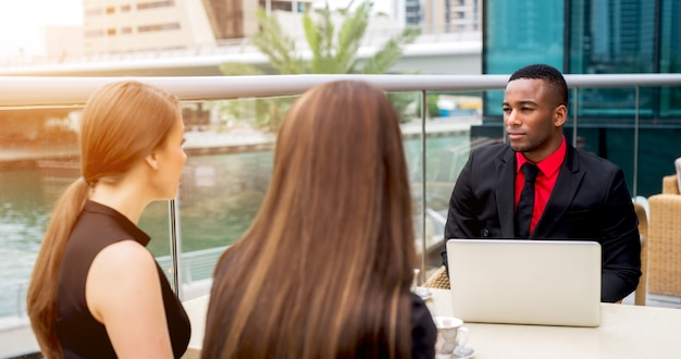 B2bミーティング。オープンエアのカフェで仕事を議論するビジネス人々。