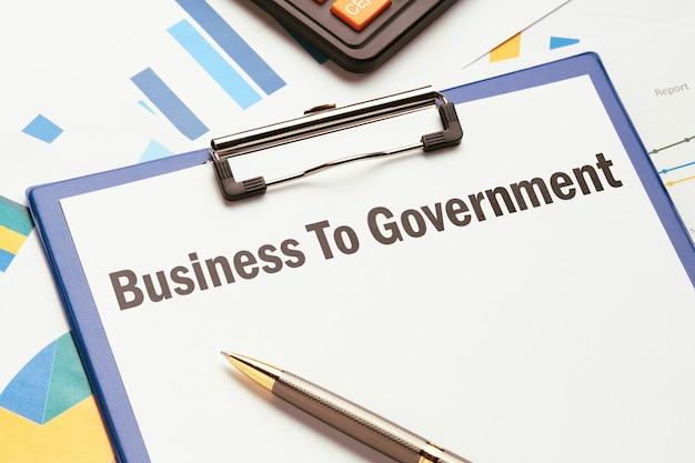 B2gの概念。グラフ付きの紙のテンプレートで政府にビジネス。