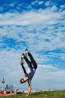 いくつかの動きを実行するb少年。近代的な都市のバックグラウンドでブレイクダンサー