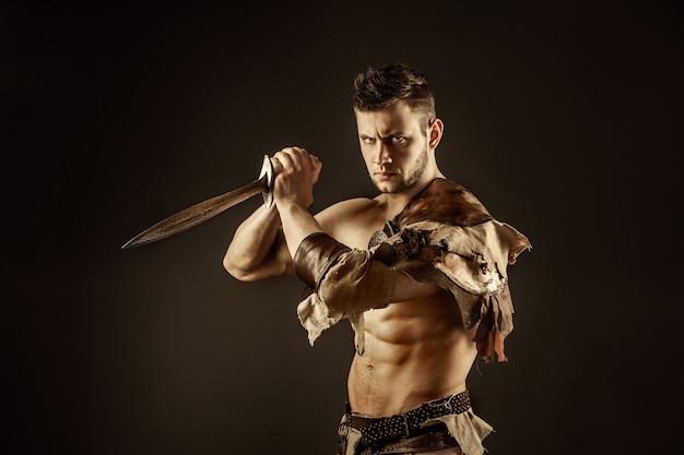 剣と革の衣装で深刻な野b人