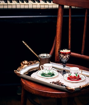 カップとお菓子のbでたコーヒー