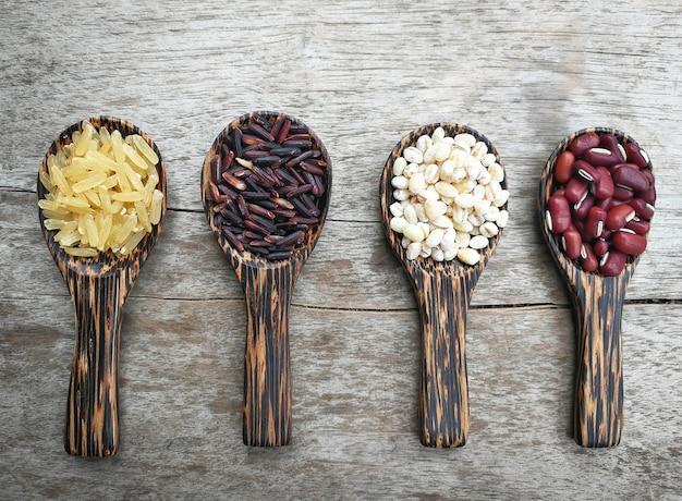 種子の木のスプーンの穀物の種子の様々な種類の赤い腎臓の豆仕事の涙稲b