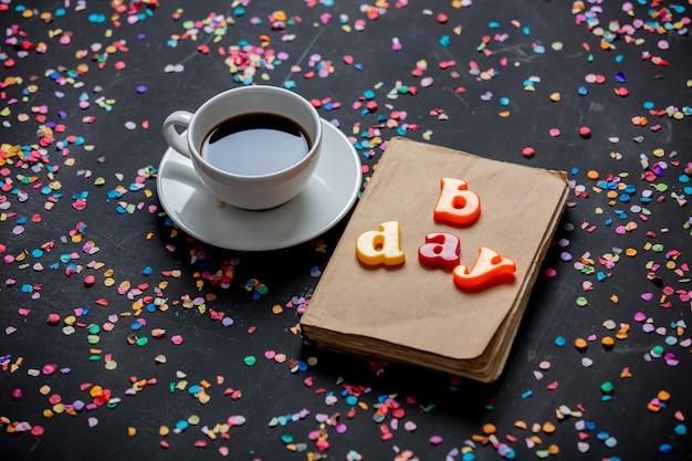 一杯のコーヒーとb日の手紙が付いている本