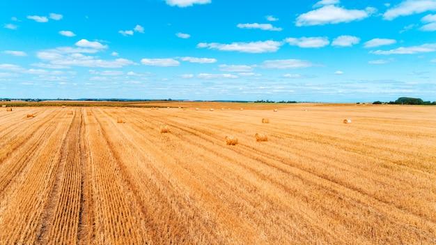 日没時のわらbaと収穫後の麦畑
