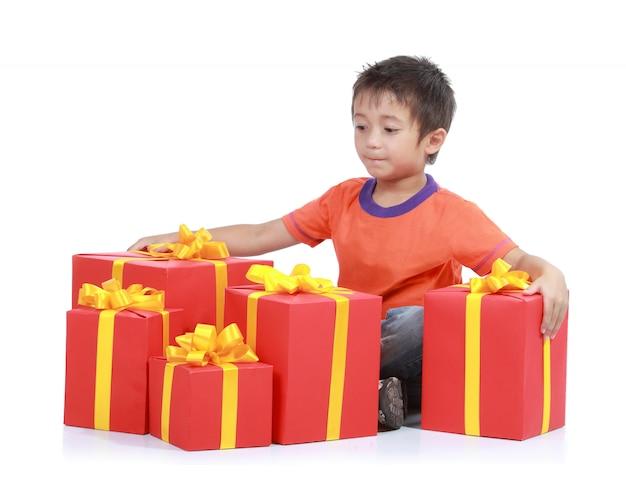 Ребенок с стека подарочной коробке. изолированный в белом baackground
